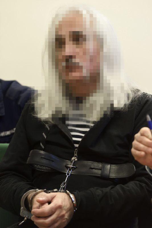 Szeged, 2018. december 6. A 2017 decemberében az M5-ös autópályán egy ismerõse lelövésével és egy másik férfi életveszélyes megsebesítésével vádolt 53 éves, török származású férfi a Szegedi Törvényszéken 2018. december 6-án. A férfit több ember sérelmére, elõre kitervelten elkövetett emberölés bûntettének kísérletével és lõfegyverrel visszaélés bûntettével vádolják. MTI/Kelemen Zoltán Gergely