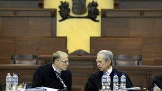 Budapest, 2013. december 16. Darák Péter, a Kúria elnöke (b) és Wellmann György, a testület polgári kollégiumának vezetõje a kollégium ülésén 2013. december 16-án. Nem ütközik jogszabályba, sem jó erkölcsbe, nem uzsorás és nem színlelt szerzõdés a devizaalapú kölcsönszerzõdés - döntött a polgári kollégium jogegységi határozatában. Az ilyen szerzõdésekben az adós viseli az árfolyamváltozás kockázatát. MTI Fotó: Kovács Tamás