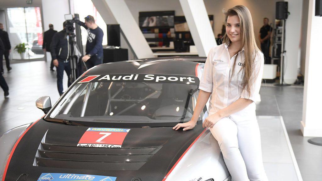 Budapest, 2018. április 4.Keszthelyi Vivien autóversenyző versenyautójával, egy 500 lóerős Audi R8 LMS GT-vel az Audi Sport sajtótájékoztatóján Budapesten 2018. április 4-én. Az Audi tehetséggondozó akadémiájának 17 éves növendéke a világ legfiatalabb női pilótájaként az úgynevezett nagy túraautós, azaz GT-sorozatban versenyez a következő szezonban.MTI Fotó: Kovács Tamás