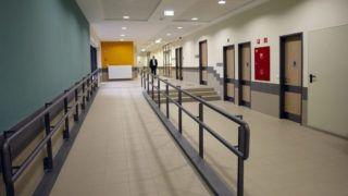 Szolnok, 2015. december 3.Folyosó a Jász-Nagykun-Szolnok Megyei Hetényi Géza Kórház-Rendelőintézet új épülettömbjében, Szolnokon 2015. december 3-án. Az intézményben több mint 7,7 milliárd forintos fejlesztés fejeződött be.MTI Fotó: Bugány János