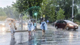Budapest, 2017. augusztus 6.Gyalogosok futnak ‡t az œttesten az es?ben Budapesten, az çllatkerti sŽt‡nyon 2017. augusztus 6-‡n.MTI Fot—: Kallos Bea