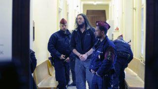 Budapest, 2018. december 7.A soroksári futónő 2013-ban történt meggyilkolásával gyanúsított férfi várakozik a Budai Központi Kerületi Bíróság folyosóján a letartóztatásáról döntő bírósági tárgyalásra 2018. december 7-én.MTI/Mihádák Zoltán