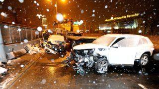 Budapest, 2018. december 15. Elszállítanak egy összetört autót, miután az M3-as autópálya bevezetõ szakaszán, a Pongrác úti felüljáró közelében áttért a szemközti sávba, és összeütközött egy másik személygépkocsival 2018. december 15-én. A balesetben egy ember súlyosan megsérült. MTI/Mihádák Zoltán