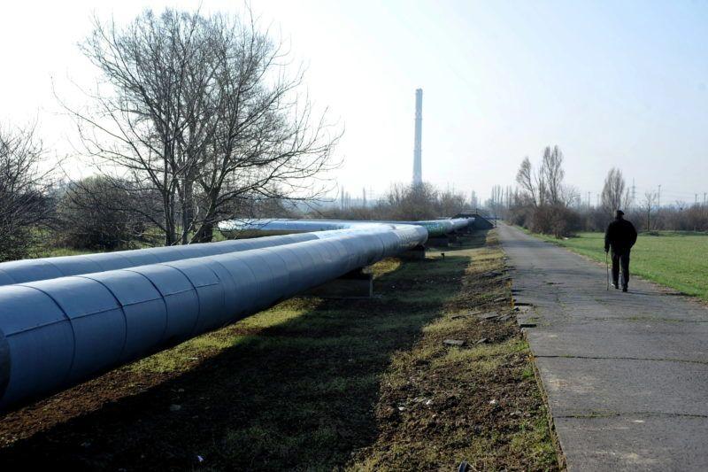 Budapest, 2011. március 30. A Budapesti Távhõszolgáltató Zrt. (Fõtáv Zrt.) Észak-budai Fûtõmûvének gerincvezetéke, háttérben a 200 méter magas kéménnyel a III. kerületi Kunigunda utcában. A Fõtáv Zrt. márciustól már nem ad gigajoule-onként átlagosan 200 forint kedvezményt a lakossági fogyasztóinak, valamint április 15-én lép hatályba az a törvény, ami szerint hatósági áras lesz a távhõ. MTI Fotó: Kovács Attila