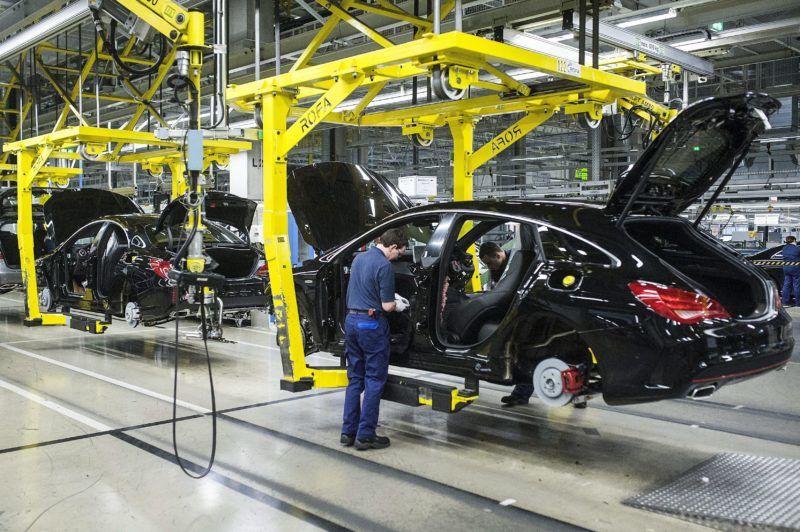 Kecskemét, 2015. március 27. Mercedes CLA Shooting összeszerelése a Mercedes-Benz kecskeméti gyárában 2015. március 25-én. A gyárban három éve kezdték meg a B-osztályú, 2013-ban a CLA, majd 2015-ben a CLA Shooting autók gyártását. MTI Fotó: Ujvári Sándor