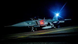 Kecskemét, 2016. október 25. Egy JAS-39 Gripen típusú vadászrepülõgép éjszakai kiképzõ repülés elõtt az MH 59. Szentgyörgyi Dezsõ Repülõbázison, Kecskeméten 2016. október 25-én. Az éves kiképzési tervnek megfelelõen október 18. és 28. között éjszakai repüléseket hajtanak végre a pilóták. MTI Fotó: Ujvári Sándor