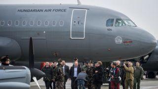 Kecskemét, 2018. február 2. A Magyar Honvédség Csehországból érkezett és a sajtóbemutatóra kiállított két darab, többcélú, használt Airbus A319-es csapatszállító katonai repülõgépeinek egyike Kecskeméten az MH 59. Szentgyörgyi Dezsõ Repülõbázison 2018. február 2-án. Középen Simicskó István honvédelmi miniszter, mellette balra Németh Szilárd, az Országgyûlés honvédelmi és rendészeti bizottsága elnöke. A gépek a honvédség hadrendjében teljesítenek majd szolgálatot. Az elsõ katonai Airbus A319-es január 31-én érkezett meg a kecskeméti repülõtérre. MTI Fotó: Ujvári Sándor