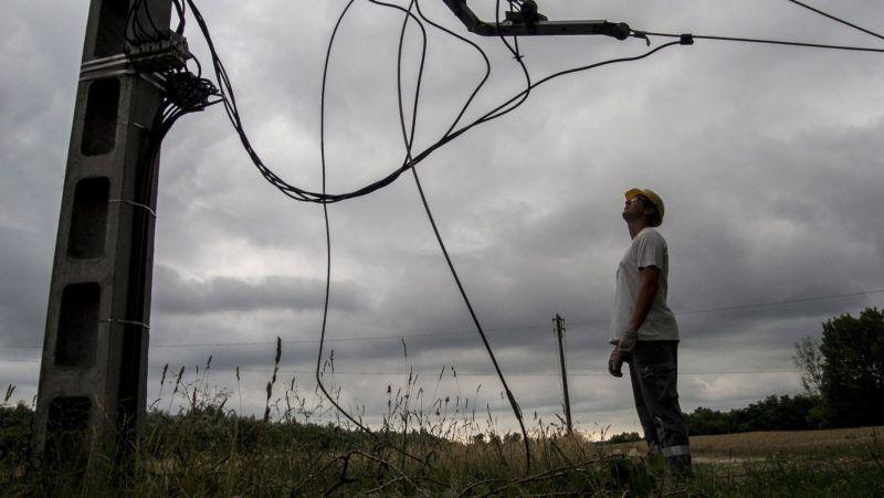 Kecskemét, 2018. június 13. Az éjszakai viharban megrongálódott elektromos távvezeték Kecskemét-Borbás külterületén 2018. június 13-án. Tömeges üzemzavart okozott a Nemzeti Közművek szolgáltatási területén a Dél-Alföldön június 13-ra virradóra végig vonuló vihar: csaknem százezer ügyfélnél okozott áramszünetet, de kora délelőttre már 70 ezer helyen helyreállították a szolgáltatást. MTI Fotó: Ujvári Sándor