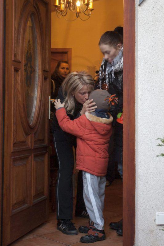 Siófok, 2011. november 28. Magyarné Kiss Marika siófoki lakása ajtajában megpuszilja óvodába induló 4 éves kisfiát. A három gyermekét egyedül nevelõ anya 2001-ben kezes volt egy 60 millió forintos hitelfelvételnél, amit nem fizetett a hitelt felvevõ. A hölgy havi több százezer forintos részletekben fizette a tartozást, és közel 20 millió forintot törlesztett is, ám mára elfogyott a pénze, ezért kilakoltatják. MTI Fotó: Varga György