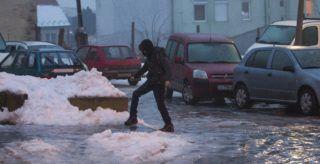 Nagykanizsa, 2017. február 1. Egy gyalogos az ónos esõtõl jeges úton Nagykanizsán, a Berzsenyi Dániel utcában 2017. február 1-jén. MTI Fotó: Varga György