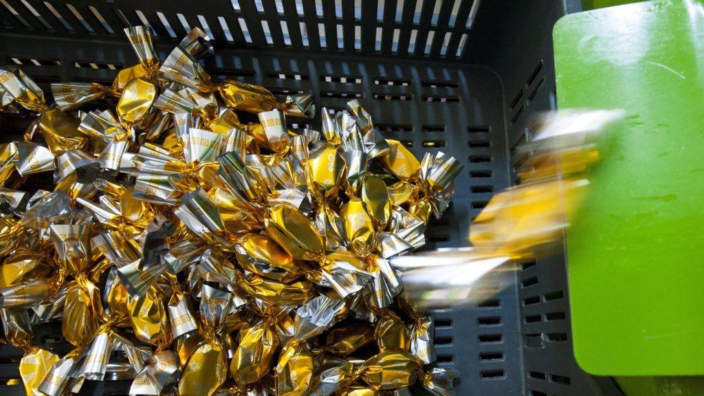 Keszthely, 2017. október 10. Karamellás szaloncukrok potyognak egy ládába a csomagológépbõl a keszthelyi Lissé Édességgyár Kft. üzemében 2017. október 10-én. Az augusztus 20-án indult és november végéig tartó szezonban nyolcféle szaloncukrot gyártanak. MTI Fotó: Varga György