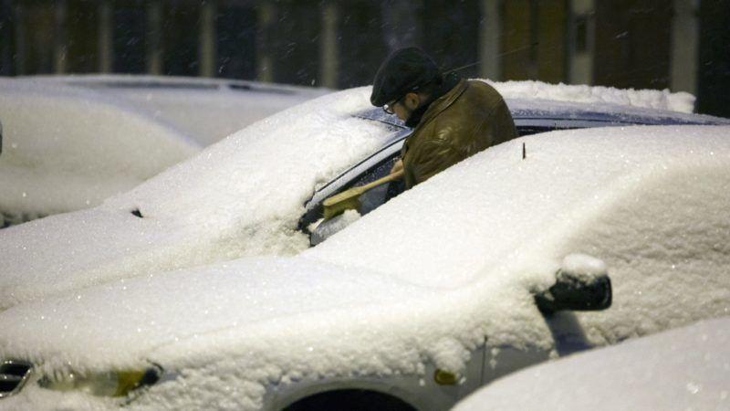 Nagykanizsa, 2018. december 15. Havat takarít egy férfi egy autóról Nagykanizsán 2018. december 15-én. MTI/MTI Fotószerkesztõség/Varga György