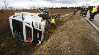 Nagykanizsa, 2018. december 31. Árokba borult, benzint szállító tartályautó műszaki mentésén dolgoznak tűzoltók a 61-es főúton, Nagykanizsa közelében 2018. december 31-én. A teherjármű személyautóval ütközött, senki sem sérült meg. Az érintett útszakaszt a műszaki mentés idejére teljes szélességben lezárták. MTI/Varga György