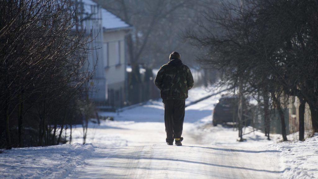 Tésa, 2017. január 8. Egy gyalogos az úton Tésán 2017. január 8-án. A Pest megyei településen hajnalban mínusz 28,1 Celsius-fokig hûlt a levegõ, ezzel megdõlt az országos napi minimum hõmérsékleti rekord. A korábbi rekordot, mínusz 26,5 fokot 1985-ben ezen a napon a Nógrád megyei Romhányon mérték. MTI Fotó: Komka Péter