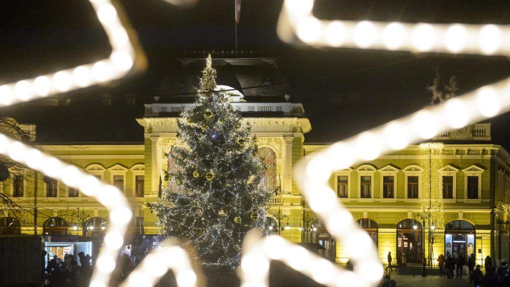 Eger, 2018. december 2. Adventi ünnepi díszkivilágítás az egri Dobó téren 2018. december 2-án. MTI/Komka Péter