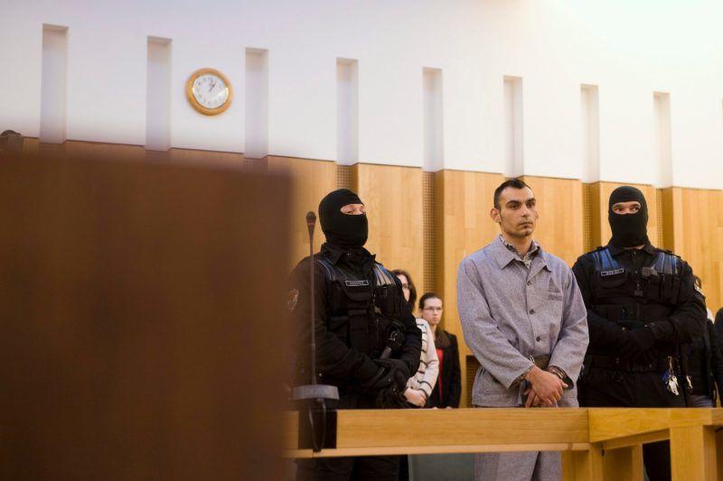 Pécs, 2013. április 5.Péntek László (középen) hallgatja az ítéletet büntetõperének tárgyalásán a Pécsi Törvényszék tárgyalótermében 2013. április 5-én. Bándy Kata rendõrségi pszichológus gyilkosát tényleges életfogytig tartó fegyházbüntetéssel sújtotta a bíróság.MTI Fotó: Koszticsák Szilárd