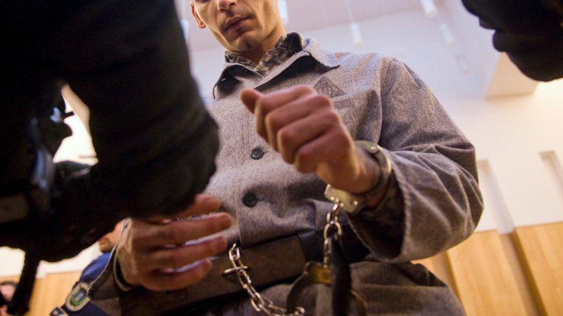 Pécs, 2013. április 5. Péntek Lászlót megbilincselik az ítélethirdetés után a Pécsi Törvényszék tárgyalótermében 2013. április 5-én. Bándy Kata rendõrségi pszichológus gyilkosát tényleges életfogytig tartó fegyházbüntetéssel sújtotta a bíróság. MTI Fotó: Koszticsák Szilárd