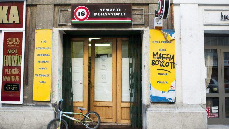 Budapest, 2013. október 27. A Királyhágó téri, festékszóróval összefirkált két Nemzeti Dohánybolt egyike 2013. október 27-én. Legalább négy budai dohányboltot megrongáltak vasárnapra virradó éjszaka. MTI Fotó: Marjai János