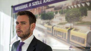 Budapest, 2014. november 24. Vitézy Dávid, a Budapesti Közlekedési Központ (BKK) vezérigazgatója beszél a Széll Kálmán tér rekonstrukciójának elkezdéséhez szükséges beruházási szerzõdés aláírásán Budapesten, a Széll Kálmán téren, a metró épületének teraszán 2014. november 24-én. A projekt 5,3 milliárd forintba kerül, és a munkálatok miatt leginkább tavasztól lesznek forgalomkorlátozások. MTI Fotó: Marjai János