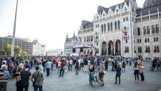 """Budapest, 2015. szeptember 13. Résztvevõk az Együtt """"Szégyelld magad, Orbán!"""" címmel meghirdetett tüntetésén a Kossuth téren, amelyen a kormány menekültpolitikája ellen tiltakoznak 2015. szeptember 13-án. MTI Fotó: Marjai János"""