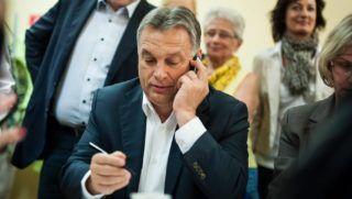 Diósgyõr, 2010. június 23. A Miniszterelnöki Sajtóiroda által közzétett képen Orbán Viktor miniszterelnök (k) telefonon buzdít szavazásra a Fidesz miskolci kampányirodájában 2014. október 11-én. Háttérben Kriza Ákos, Miskolc fideszes polgármestere. MTI Fotó: Miniszterelnöki Sajtóiroda / Kobza Miklós