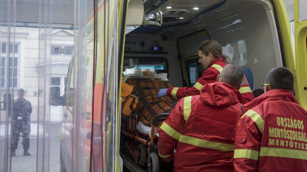 Budapest, 2017. január 23. A Zrínyi Katonai Filmstúdió által közreadott képen a veronai buszkatasztrófa negyedik súlyos sérültjét hozza mentõ a budapesti Honvédkórházba 2017. január 23-án. Január 20-án éjjel az olaszországi Verona közelében balesetet szenvedett egy magyar fiatalokat szállító busz, tizenhatan meghaltak, huszonhatan megsérültek. A buszon a budapesti Szinyei Merse Pál Gimnázium tanulói, volt diákok, tanárok és egyikük családja utazott. MTI Fotó: Zrínyi Katonai Filmstúdió / Dévényi Veronika