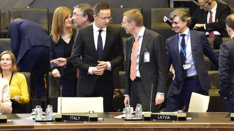 Brüsszel, 2018. december 4. A Külgazdasági és Külügyminisztérium (KKM) által közreadott képen Szijjártó Péter külgazdasági és külügyminiszter (b5) és Edgars Rinkevics lett külügyminiszter (b6) a NATO-tagországok külügyminiszteri találkozóján Brüsszelben 2018. december 4-én. MTI/KKM/Mitko Sztojcsev
