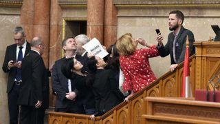Budapest, 2018. december 12.Ellenzéki képviselők elállják a házelnöki pulpitusra vezető lépcsőt az Országgyűlés plenáris ülésének kezdete előtt 2018. december 12-én. Elöl Tóth Bertalan, az MSZP frakcióvezetője, Kunhalmi Ágnes MSZP-s képviselő, Szabó Tímea, a Párbeszéd képviselője, Bangóné Borbély Ildikó szocialista képviselő és Tordai Bence, a Párbeszéd képviselője (b-j).MTI/Máthé Zoltán