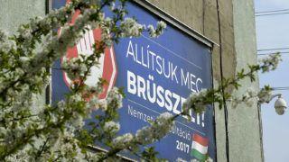Budapest, 2017. április 4.A magyar kormány Állítsuk meg Brüsszelt! című nemzeti konzultációját hirdető óriásplakát egy angyalföldi panelház falán, a Fiastyúk utcában 2017. április 4-én.MTI Fotó: Bruzák Noémi