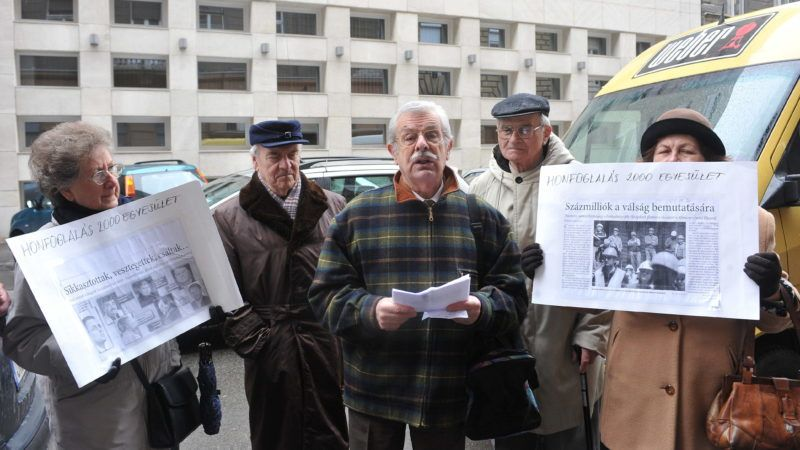 Budapest, 2009. március 11. Szilvásy György, a Honfoglalás 2000 Egyesület elnöke (k) beszél, amikor a Honfoglalás 2000 Egyesület sajtótájékoztatót tart az MSZP székházával szemben lévõ járdaszakaszon. MTI Fotó: Soós Lajos