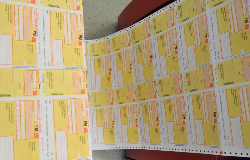Budapest, 2012. május 4. Sárga csekkek a Magyar Posta elektronikus posta központjának (EPK) borítékoló gépe mellett 2012. május 3-án. MTI Fotó: Soós Lajos