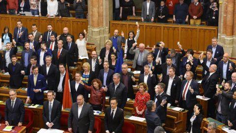 Budapest, 2018. december 12.Ellenzéki képviselők tiltakoznak a munka törvénykönyvének módosításáról tartott szavazás közben az Országgyűlés plenáris ülésén 2018. december 12-én. Az előterjesztést 130 igen szavazattal, 52 nem ellenében, 1 tartózkodás mellett elfogadta az Országgyűlés.MTI/Soós Lajos
