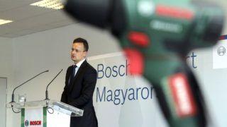 Miskolc, 2018. június 12. Szijjártó Péter külgazdasági és külügyminiszter a miskolci Robert Bosch Power Tool Kft. ünnepségén, amelyet a cég 100 milliomodik kéziszerszámának gyártása alkalmából tartottak 2018. június 12-én. MTI Fotó: Vajda János