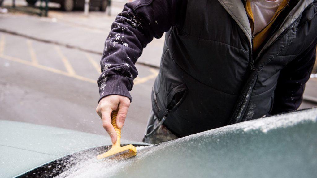 Budapest, 2017. január 31. Egy férfi ónos esõt tisztít le autója szélvédõjérõl Budapest belvárosában 2017. január 31-én. MTI Fotó: Balogh Zoltán