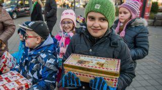 Budapest, 2017. december 1. Gyerekek a Baptista Szeretetszolgálat 14. karácsonyi adománygyûjtõ Cipõsdoboz akciójának megnyitóján Budapesten, a Deák téri Cipõsdoboz várban 2017. december 1-jén. MTI Fotó: Balogh Zoltán