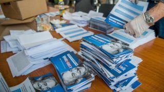 Budapest, 2017. december 2. A visszaküldött nemzeti konzultációs kérdõívek feldolgozását végzik szakemberek a Nemzeti Infokommunikációs Szolgáltató Zrt. XIV. kerületi telephelyén 2017. december 2-án. MTI Fotó: Balogh Zoltán