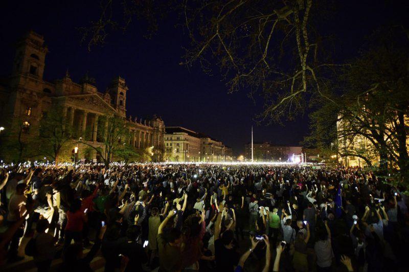 Budapest, 2018. április 14. A Facebookon meghirdetett, ellenzéki pártok részvételével tartott demonstráció Budapesten, a Kossuth téren 2018. április 14-én. A résztvevõk az Operaháztól vonultak a térre. MTI Fotó: Balogh Zoltán