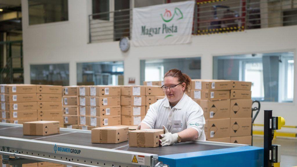 Budapest, 2018. október 8. Az új automata csomagfeldolgozó rendszerrel dolgozik egy szakember a Magyar Posta Csomaglogisztikai Üzemében 2018. október 8-án. MTI Fotó: Balogh Zoltán