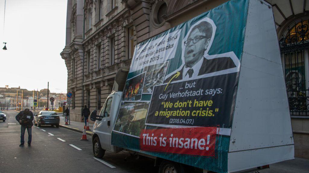 """Budapest, 2018. november 28. Kisteherautó óriásplakáttal a Miniszterelnökség elõtt, amelyet Kovács Zoltán kormányszóvivõ mutatott be a Kormányinfó sajtótájékoztatón 2018. november 28-án. Az angol felirat jelentése: """"Százak haltak meg terrortámadásokban 2015 óta… de Guy Verhofstadt azt mondja: """"nincs bevándorlási válság"""" (2018.04.07.) Ez ostobaság!"""" MTI/Balogh Zoltán"""