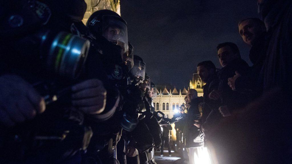 Budapest, 2018. december 12. Az ellenzéki pártok kezdeményezésére a munka törvénykönyvének módosítása ellen indult tüntetés résztvevõi és rendõrök a Parlament elõtti Kossuth téren 2018. december 12-én. MTI/Balogh Zoltán