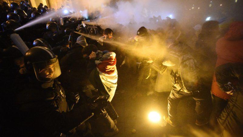 Budapest, 2018. december 13. A Szabad Egyetem és a Hallgatói Szakszervezet Tüntetés a rabszolgatörvény ellen / Diák-Munkás szolidaritás címmel meghirdetett demonstráció résztvevõi és rendõrök a Parlament elõtti Kossuth téren 2018. december 13-án. MTI/Balogh Zoltán