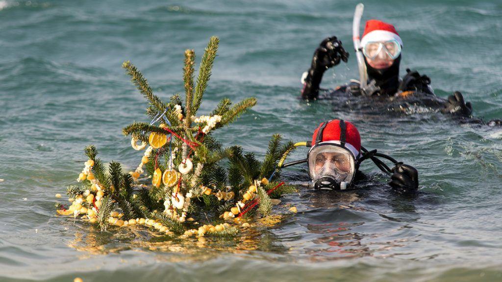 Hegyeshalom, 2017. december 9. Búvárok karácsonyfával a hegyeshalmi bányatónál megrendezett hagyományos karácsonyi ünnepségen 2017. december 9-én. A rendezvény magyar és osztrák résztvevõi feldíszített fenyõfákat helyeztek el a víz alatt. MTI Fotó: Krizsán Csaba