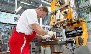 Gyõr, 2018. július 24. Dolgozó az Audi Hungaria Zrt. új, elektromos motorokat gyártó gyõri üzemcsarnokában az avatás napján, 2018. július 24-én. MTI Fotó: Krizsán Csaba