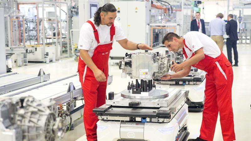 Gyõr, 2018. július 24. Alkatrészeket szállító robotok az Audi Hungaria Zrt. új, elektromos motorokat gyártó gyõri üzemcsarnokában, az avatás napján, 2018. július 24-én. MTI Fotó: Krizsán Csaba
