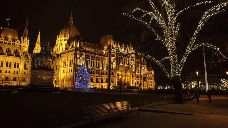 Budapest, 2018. december 2. Az ország karácsonyfája és ünnepi díszvilágítás a Parlament elõtt, a Kossuth téren 2018. december 2-án, advent elsõ vasárnapján. MTI/Lakatos Péter