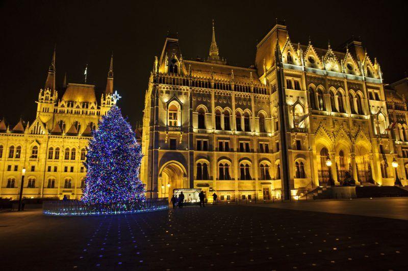Budapest, 2018. december 2. Az ország karácsonyfája a Parlament elõtt, a Kossuth téren 2018. december 2-án, advent elsõ vasárnapján. MTI/Lakatos Péter