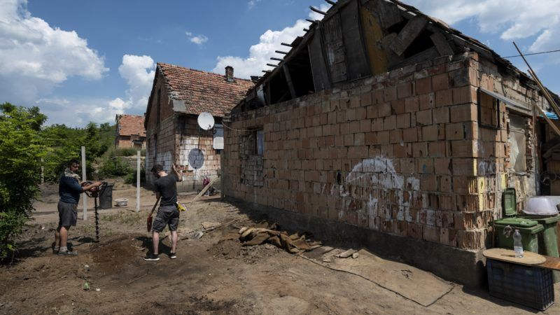 Bag, 2018. június 1. A Prezi munkatársai, a Bagázs civil szervezet önkéntesei és a bagi romatelep lakói közösen kerítést építenek a lakóházak köré Bagon 2018. június 1-jén. MTI Fotó: Mónus Márton