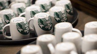 Budapest, 2018. december 4. Bögrék az amerikai Starbucks kávéházlánc kávézójában a budapesti Király utcában a megnyitó napján, 2018. december 4-én. MTI/Mónus Márton