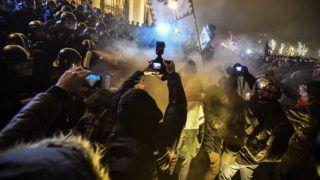 Budapest, 2018. december 13. A Szabad Egyetem és a Hallgatói Szakszervezet Tüntetés a rabszolgatörvény ellen / Diák-Munkás szolidaritás címmel meghirdetett demonstráció résztvevõi és rendõrök a Parlament elõtti Kossuth téren 2018. december 13-án. MTI/Mónus Márton