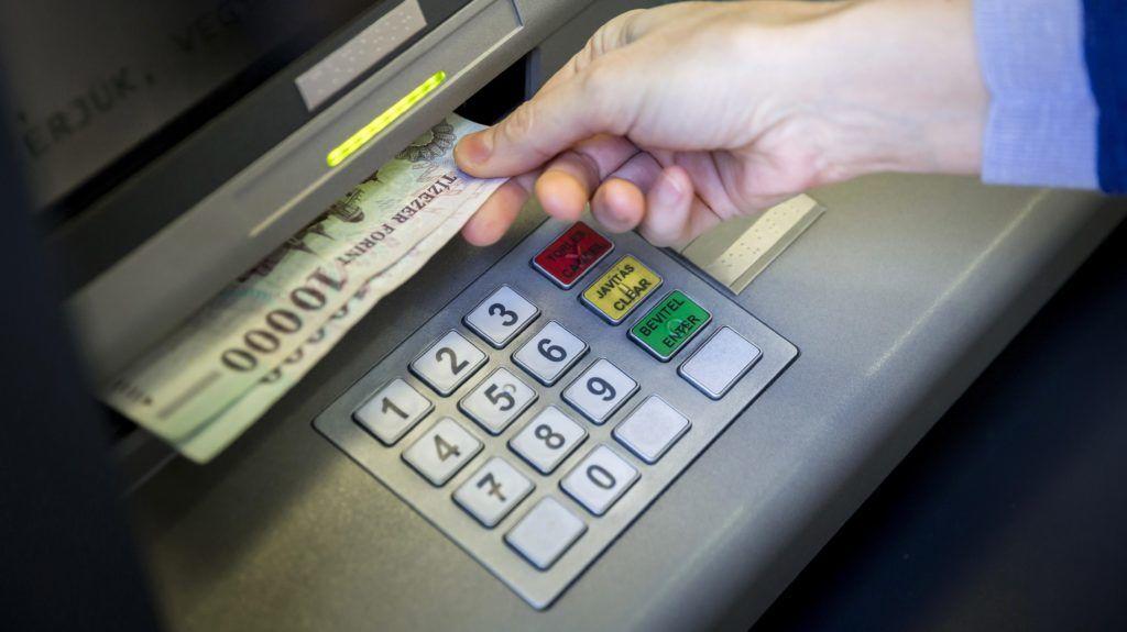 Budapest, 2014. március 25. Bankjegyeket vesz ki egy pénzkiadó automatából (ATM) egy ügyfél a Sberbank központi bankfiókjában Budapesten, a Rákóczi úton 2014. március 25-én. MTI Fotó: Mohai Balázs